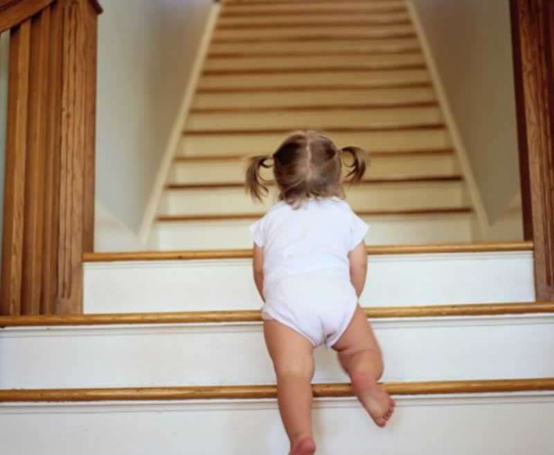 four methods to guard your youngsters from falling on the steps