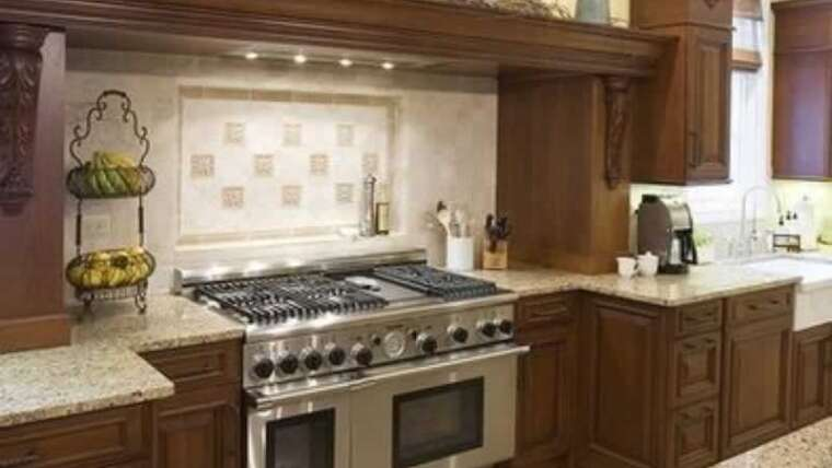 Adorn the area above your kitchen cupboards: 7 sensible concepts