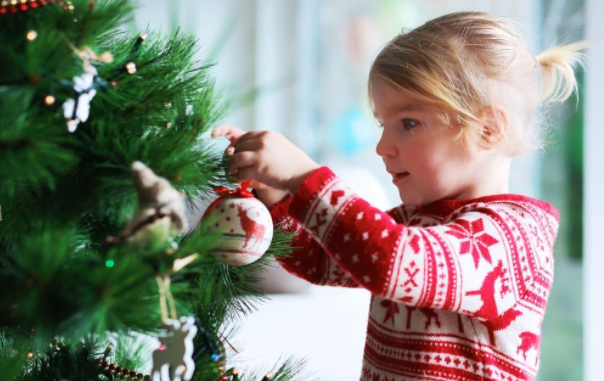 Tips on how to contain youngsters within the Christmas decorations